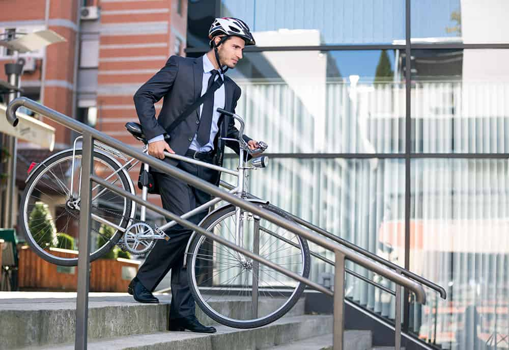 Businessmann fährt mit dem Fahrrad ins Büro
