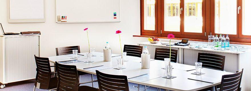 Meetingraum mit Blumen auf dem Tisch in der Münchner Innenstadt