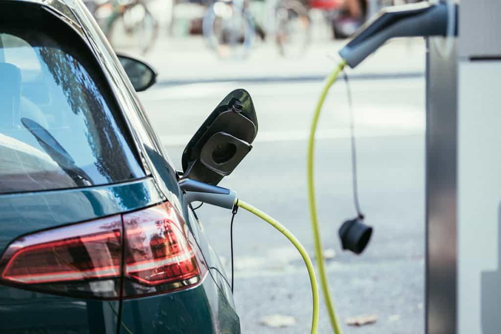 Elektroauto wird an E-Ladestation aufgeladen