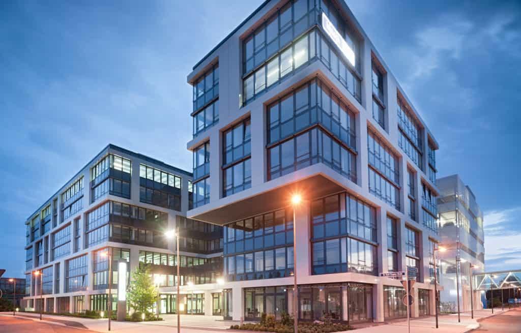 Bürogebäude am Abend für Virtual Office Leistungen